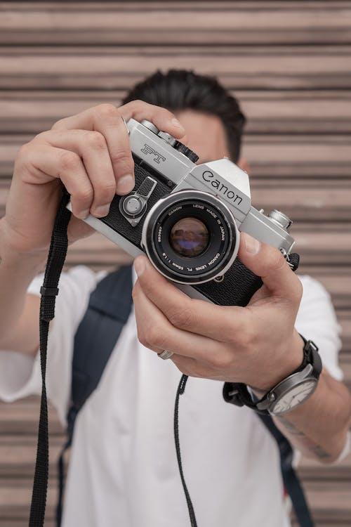 Photos gratuites de adulte, appareil photo numérique, bras humain