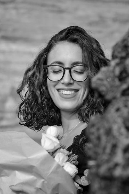 Foto profissional grátis de 3x4. foto 3x4, alegria, buquê de rosas