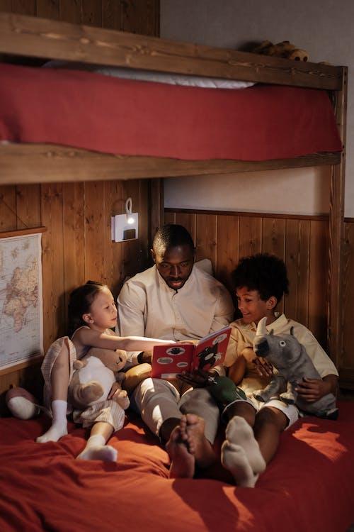 Безкоштовне стокове фото на тему «батько, вдома, двоярусне ліжко»