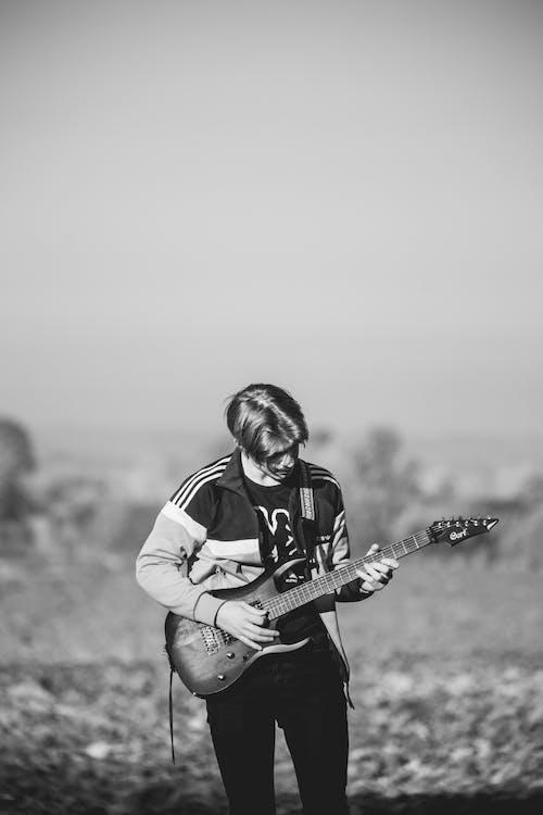 Immagine gratuita di abbigliamento, abbigliamento casual, chitarra