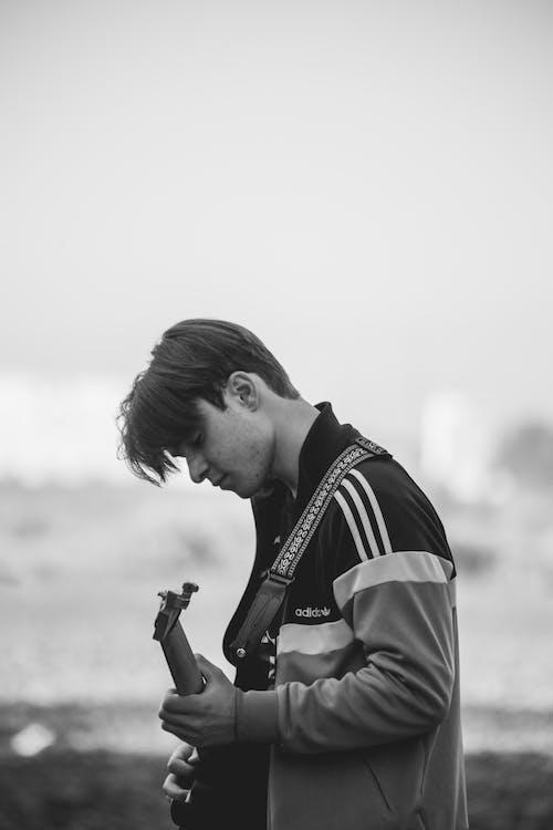 Základová fotografie zdarma na téma bunda, černé vlasy, černobílý