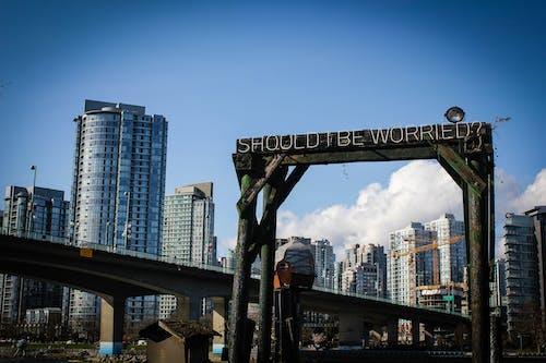 Gratis arkivbilde med arkitektur, blå himmel, bro, by