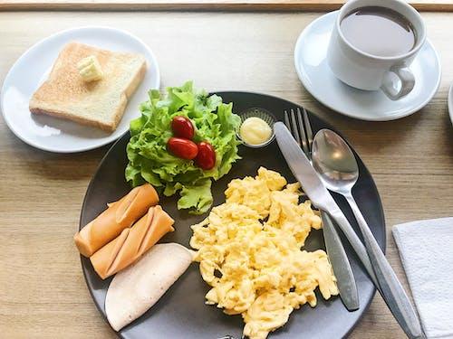 Безкоштовне стокове фото на тему «Кава, ковбаса, Помідори чері, салат»