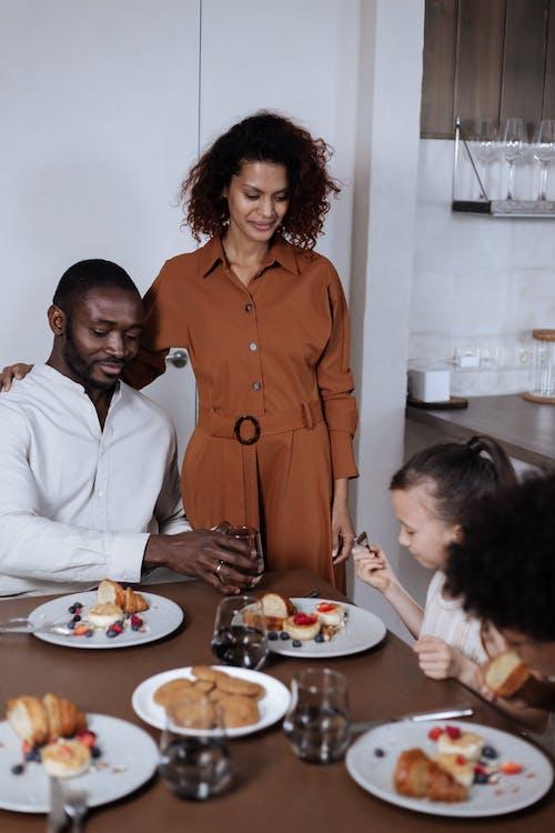 Ảnh lưu trữ miễn phí về Ăn, áo sơ mi, bữa ăn sáng
