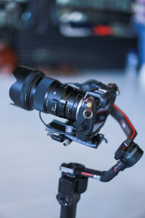 Foto profissional grátis de câmera de vídeo, câmera profissional, dentro de casa
