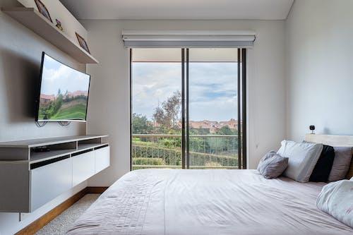 Foto profissional grátis de branco, cama, dentro de casa