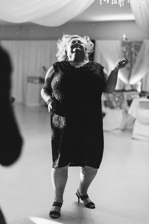 Fotos de stock gratuitas de adentro, adulto, bailando