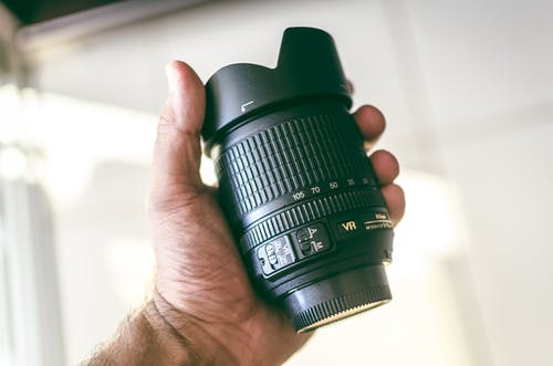 Immagine gratuita di fotocamera, lente, mano, nikon