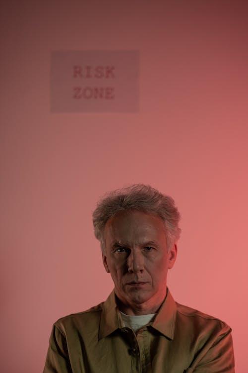 Foto profissional grátis de alerta, aviso, cabelo curto
