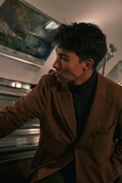 Darmowe zdjęcie z galerii z ciepłe ubranie, czarne włosy, dobrze ubrany