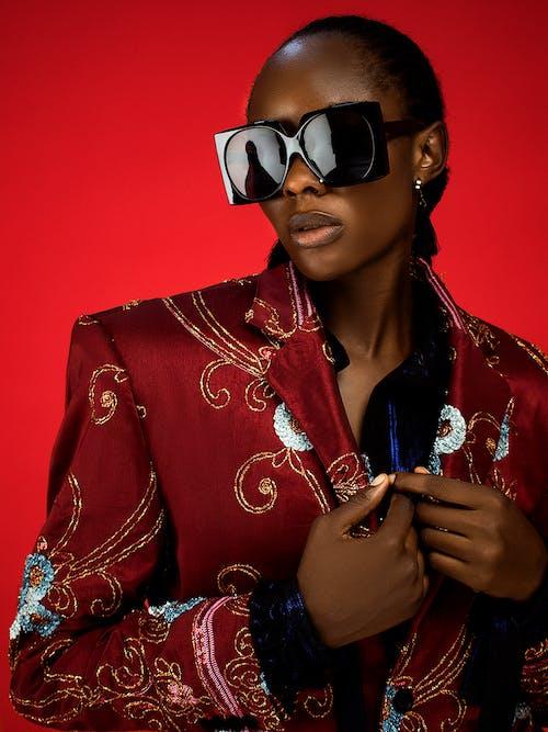 Darmowe zdjęcie z galerii z afrykańska kobieta, czarna kobieta, garnitur