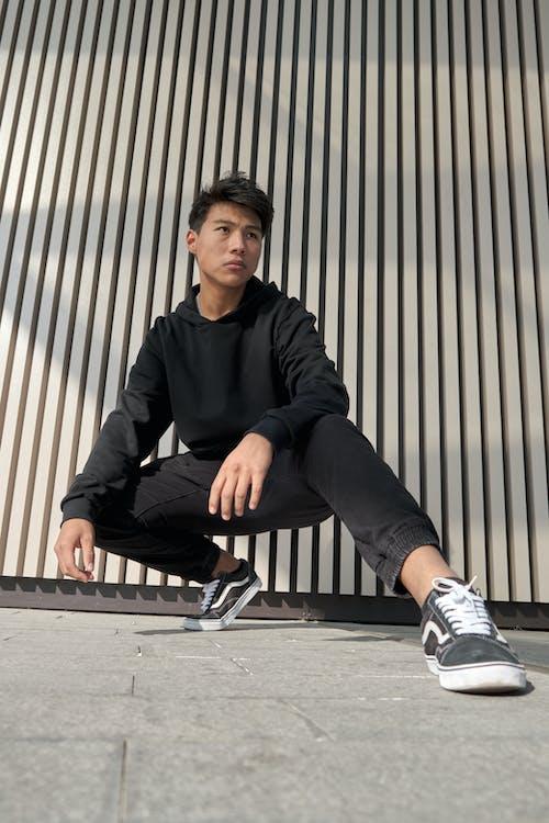 Darmowe zdjęcie z galerii z bluza z kapturem, buty sportowe, czarne włosy