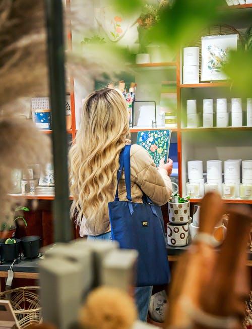 Gratis arkivbilde med blå veske, blondt hår, butikk