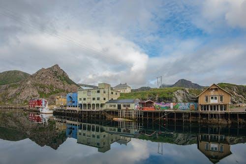 Fotos de stock gratuitas de edificios, nyksund, pueblo pesquero