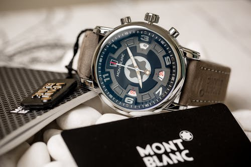 Gratis arkivbilde med armbåndsur, brun, hendene på klokken
