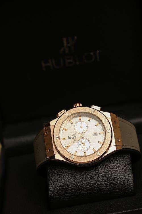 Gratis arkivbilde med armbåndsur, gyllen, hendene på en klokke