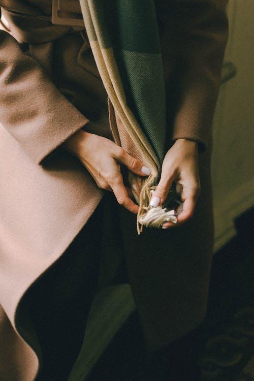 Foto profissional grátis de abrigo, cachecol, casaco