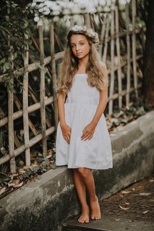 Бесплатное стоковое фото с белый, босиком, девочка