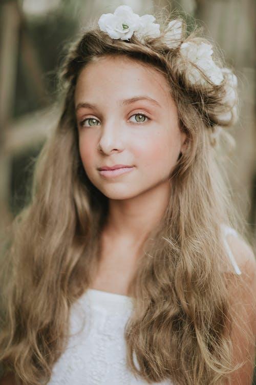 Бесплатное стоковое фото с белый, волнистые волосы, девочка