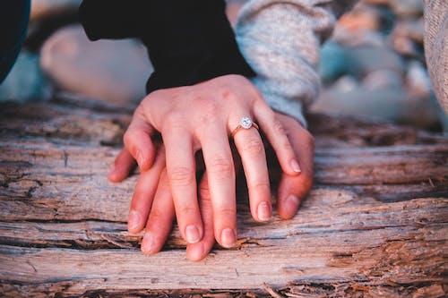 Fotos de stock gratuitas de al aire libre, anillo, cogidos de la mano