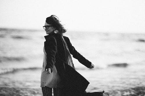 Základová fotografie zdarma na téma běžné nošení, brýle, černobílý