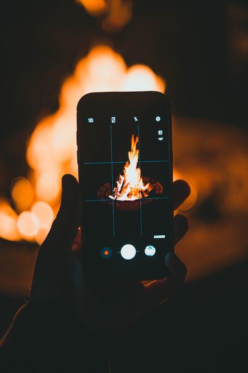 Darmowe zdjęcie z galerii z inteligentny telefon, ludzka ręka, na dworze