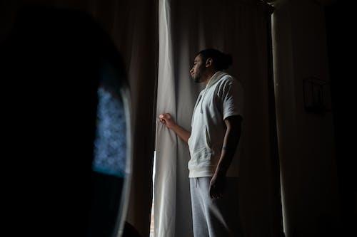 Foto profissional grátis de cobiçado, cortinas fechadas, diversidade