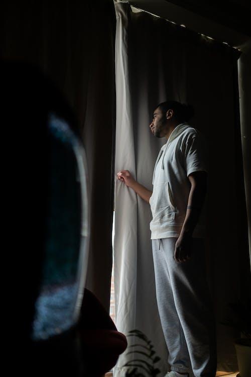 Foto profissional grátis de atras da cortina, cobiçado, cortina