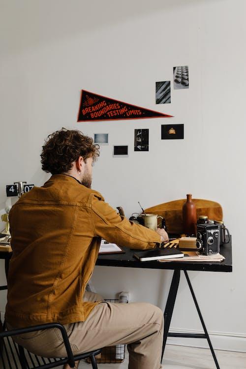 Fotos de stock gratuitas de adentro, adulto, chaqueta