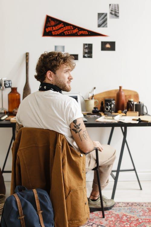 คลังภาพถ่ายฟรี ของ ที่ทำงาน, นั่ง, ผ้าสี่เหลี่ยมสำหรับพันคอ