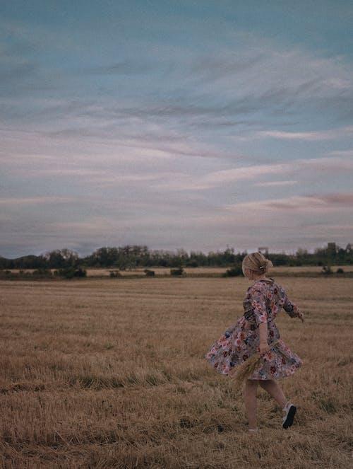 Základová fotografie zdarma na téma běhání, blond vlasy, dospělý