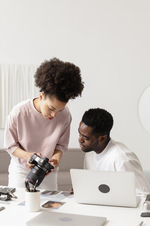 Kostnadsfri bild av ansiktsuttryck, arbetssätt, bärbar dator