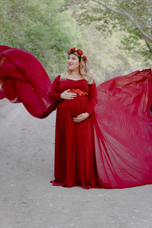 Foto stok gratis dewasa, di luar rumah, gaun