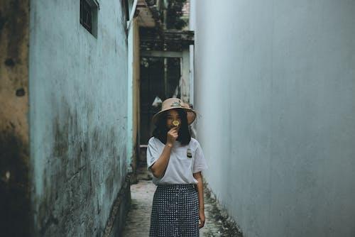 Základová fotografie zdarma na téma architektura, denní světlo, dospělý, holka