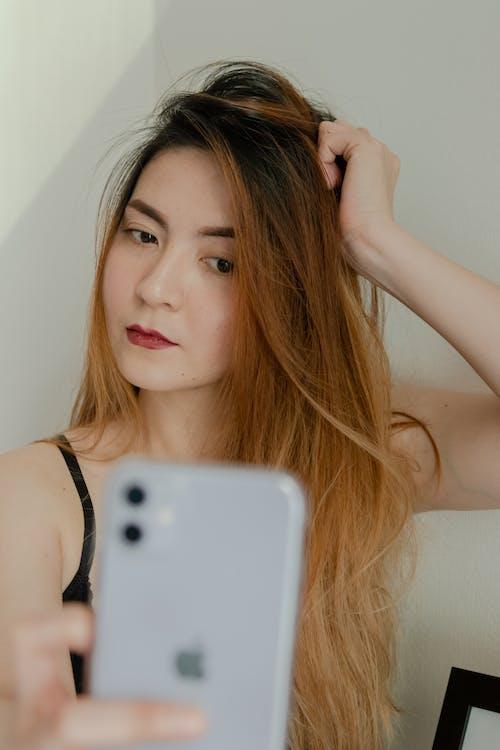 Foto stok gratis dalam ruangan, dewasa, handphone