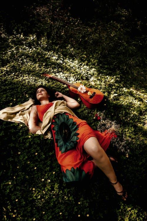 누워있는, 도시 패션, 드레스의 무료 스톡 사진