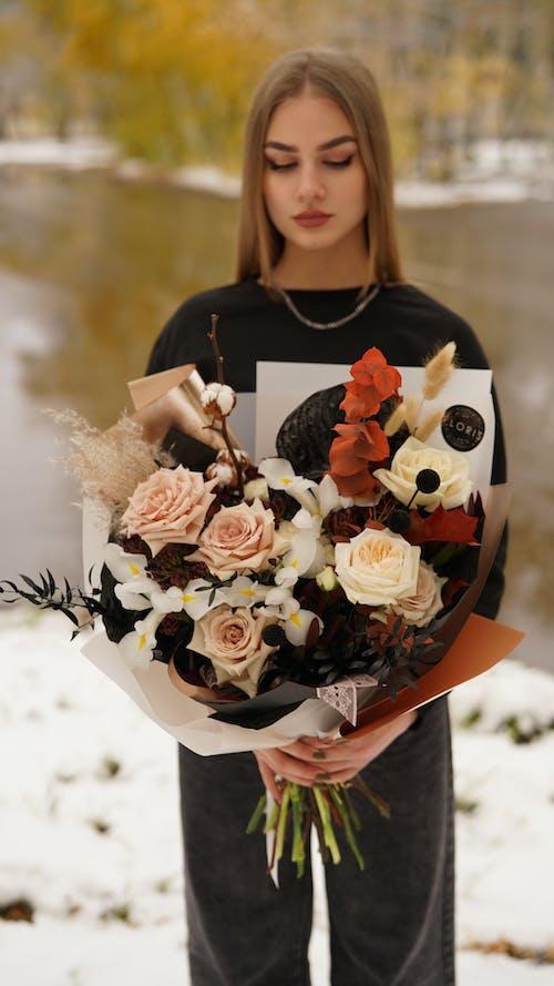 금발의, 긴, 꽃의 무료 스톡 사진