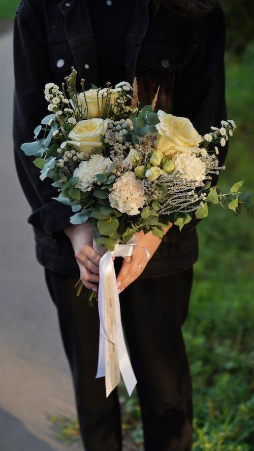 Darmowe zdjęcie z galerii z bez twarzy, bukiet, bukiet kwiatów