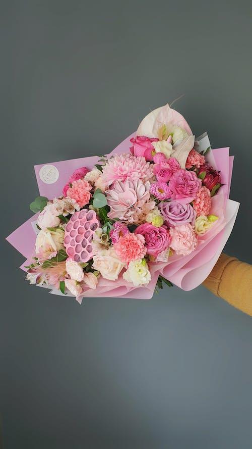 Foto stok gratis buket, bunga, latar belakang abu-abu