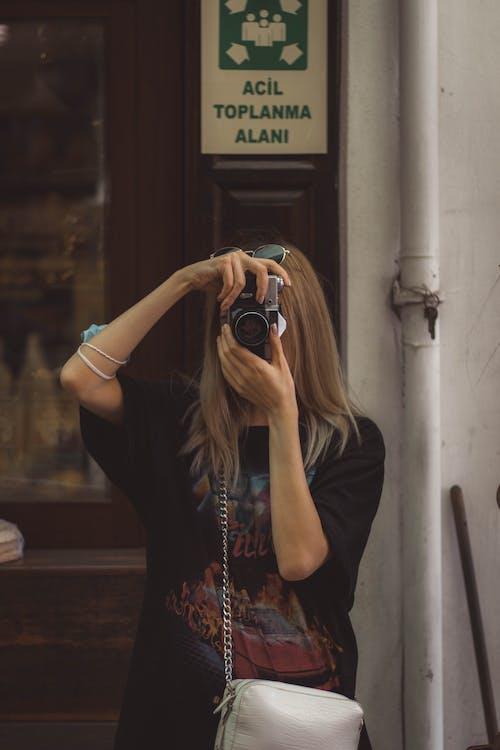 Gratis arkivbilde med blondt hår, by, byer