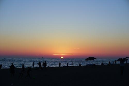 Akşam gökyüzü, akşam Güneşi, gün batımı, Güneş içeren Ücretsiz stok fotoğraf