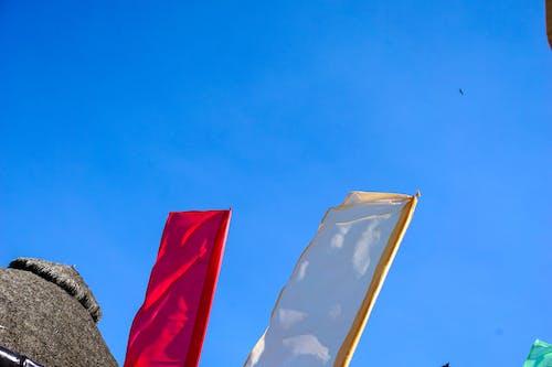 bayraklar, beyaz, kırmızı, Mavi gökyüzü içeren Ücretsiz stok fotoğraf