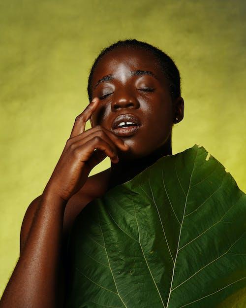 Fotobanka sbezplatnými fotkami na tému čierne pozadie, čierne vlasy, dospelý