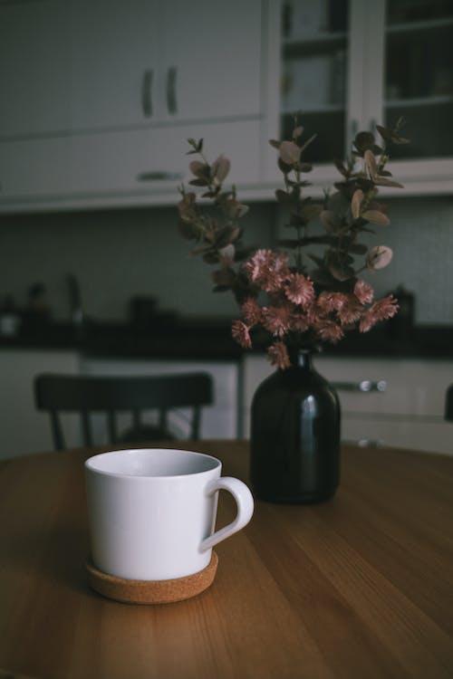 Gratis lagerfoto af blomst, bord, hvidt krus