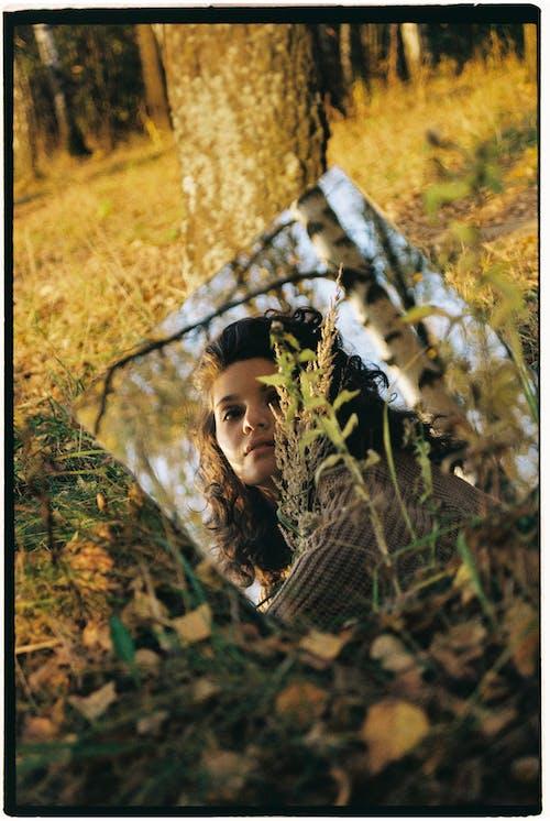 açık hava, ayna, bir kişi içeren Ücretsiz stok fotoğraf