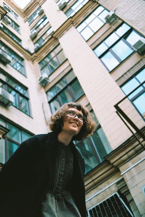 Foto d'estoc gratuïta de a l'aire lliure, dona, edifici