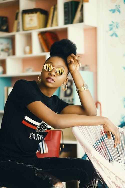 afroamerikaner-frau, armbanduhr, blogger