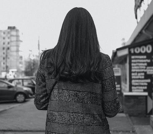 Foto stok gratis berjalan, dewasa, di luar rumah