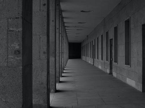 Darmowe zdjęcie z galerii z architektura, czarno-biały, opuszczony budynek, tempelhof