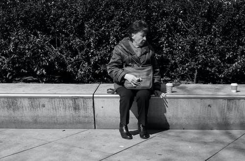 Darmowe zdjęcie z galerii z alexanderplatz, czarno-biały, kawa, kobieta